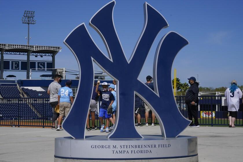 Fanáticos llegan al estadio George M. Steinbrenner Field
