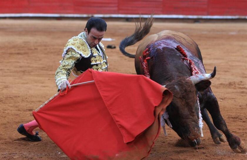 El torero español Enrique Ponce lidia con un toro durante una corrida en la Plaza de Toros México, en Ciudad de México (México). EFE/Archivo