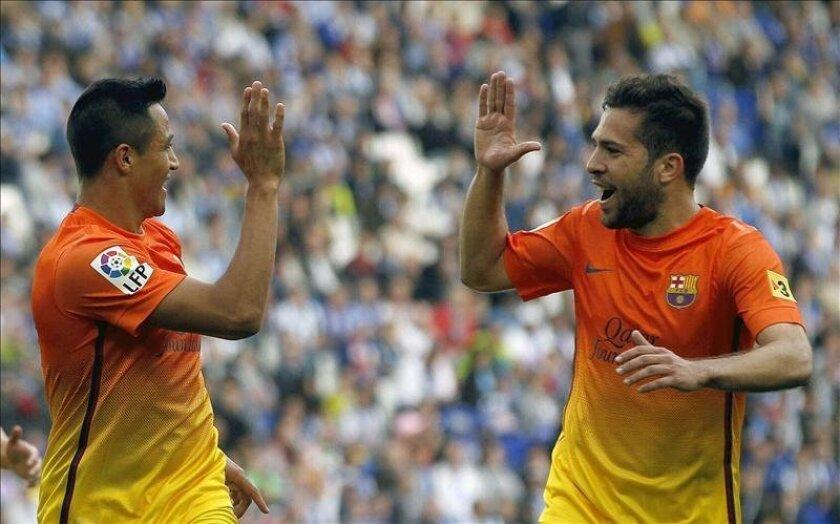 El jugador chileno del FC Barcelona, Alexis Sánchez (i), celebra con su compañero Jordi Alba el gol marcado al RCD Espanyol, durante el partido de Liga, correspondiente a la jornada trigésimo séptima en Primera División, que ambos equipos disputaron en el estadio de Cornellá-El Prat. EFE