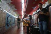 El cirujano que salva vidas y canta tango en el metro de Buenos Aires