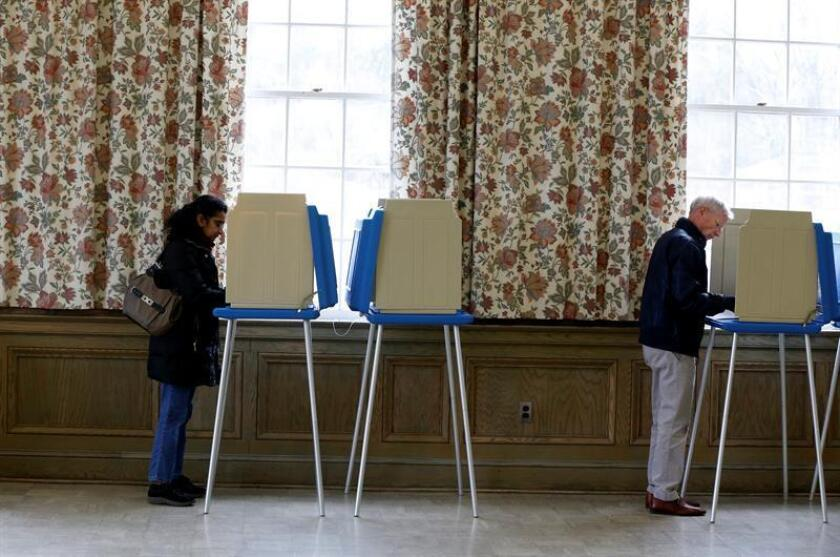 Varias personas votan en un centro electoral de Franklin, Michigan, Estados Unidos. EFE/Archivo