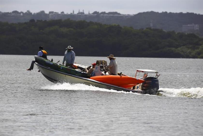 Unos pescadores navegan por los canales del Estuario de San Juan. EFE/Archivo