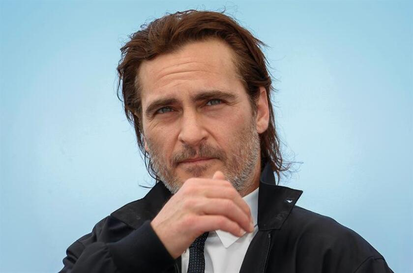 Joaquin Phoenix negocia actualmente con el estudio Warner Bros. para convertirse en el nuevo Joker, el gran villano de Batman, en una película que contará los orígenes del personaje, informó hoy la edición digital de Variety. EFE/EPA/Archivo