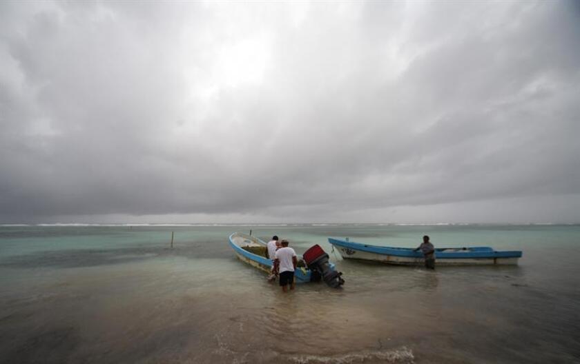 Los familiares de José Guadalupe Lorenzana y José Oliver, dos de los ocho pescadores del municipio de Tonalá, en el suroriental estado de Chiapas, desaparecidos en alta mar a finales de diciembre, continúan con la esperanza de encontrarlos con vida. EFE/STR