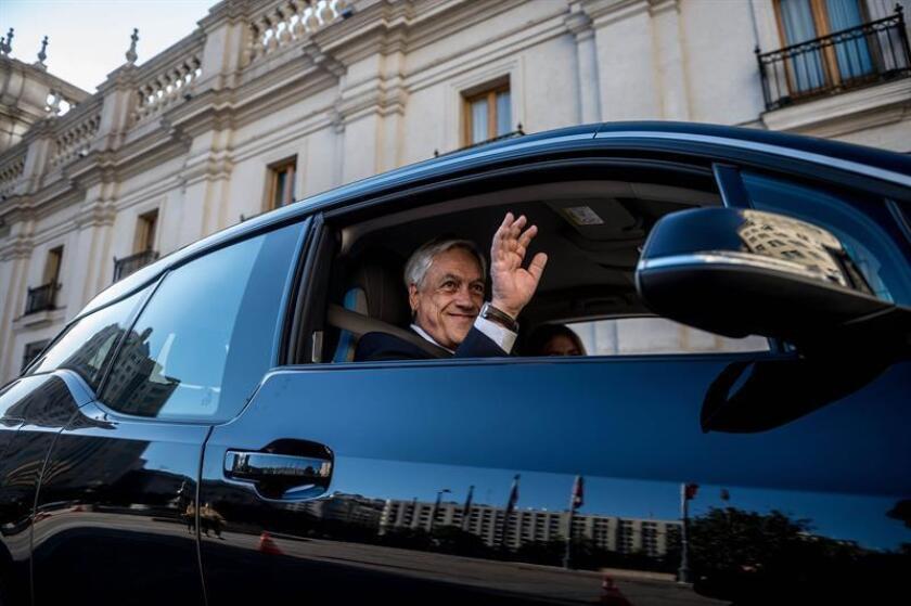 Fotografía cedida por la Presidencia de Chile que muestra al presidente de Chile, Sebastián Piñera, mientras presenta una flota de coches eléctricos que utilizará su Gobierno como iniciativa medioambiental hoy, miércoles 7 de noviembre de 2018, en Santiago (Chile). EFE/Presidencia de Chile