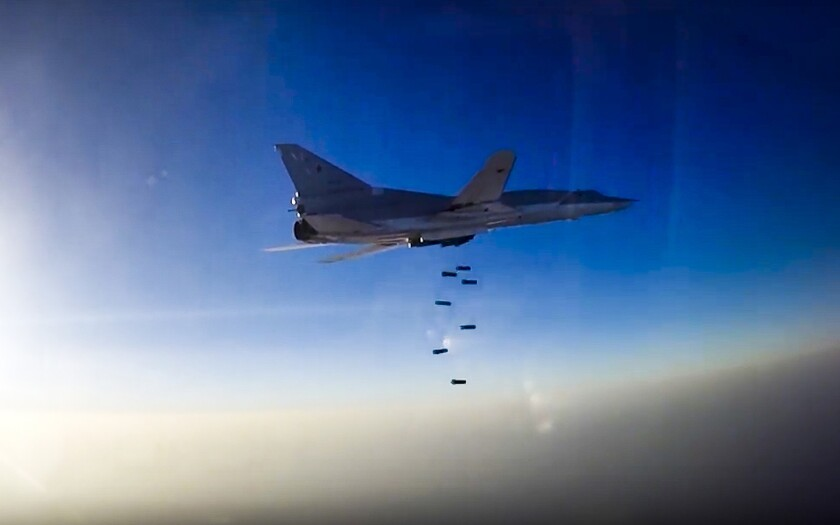 """En esta imagen de archivo, tomada el 16 de agosto de 2016 de un video distribuido por el departamento de prensa del Ministerio Ruso de Defensa, un bombardero ruso Tu-22M3 durante un ataque aéreo sobre la región de Alepo, en Siria. El ministro de Defensa de Irán reprendió el 22 de agosto de 2016 a Rusia diciendo que el anuncio de Moscú de que estaba usando bases iraníes para realizar ataques contra insurgentes sirios era """"una especie de alarde poco caballeroso"""". (Servicio de Prensa del Ministerio de Defensa de Rusia via AP, archivo)"""