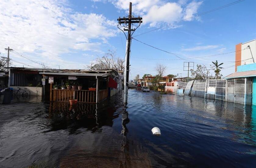 """Fotografía de archivo tomada el 23 de septiembre de 2017, que muestra las calles inundadas en San Juan (Puerto Rico) tras el paso del huracán María. Al menos 2.975 personas murieron entre septiembre de 2017 y febrero de 2018 en Puerto Rico como consecuencia del huracán María, según un estudio independiente de la Universidad George Washington publicado ayer, 28 de agosto de 2018, y encargado por el Gobierno puertorriqueño. Los investigadores han hallado """"brechas en los procesos de certificación de muerte y de comunicación pública"""", indicó el documento. EFE/Archivo"""