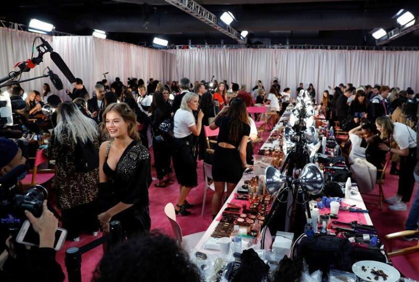 Una modelo da una entrevista durante las sesiones de peluquería y maquillaje antes del inicio del desfile de modas de Victoria's Secret 2018 hoy, jueves 8 de noviembre de 2018, en el Pier 94 de Nueva York, Nueva York (Estados Unidos). El espectáculo anual es patrocinado por la marca de lencería. EFE