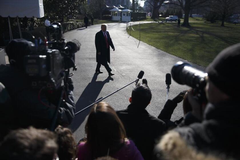 El presidente de los Estados Unidos, Donald Trump (c), se dispone a responder a las preguntas de los periodistas tras anunciar el cese del hasta ahora secretario de Estado, Rex Tillerson, en la Casa Blanca en Washingtn DC (Estados Unidos). EFE