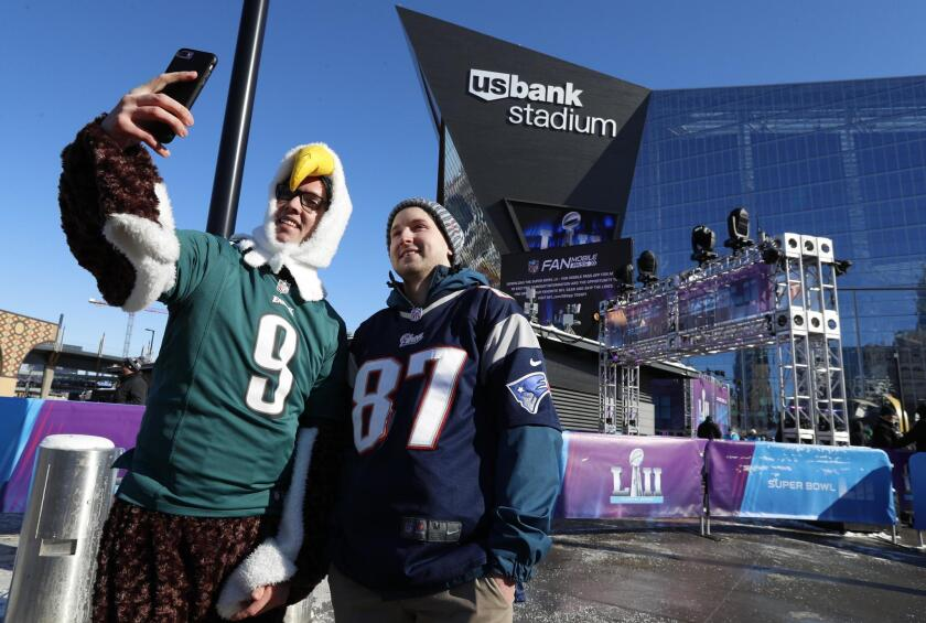 STX04. Minneapolis (United States), 04/02/2018.- A Patriots and an Eagles fan pause for a selfie in subfreezing temperatures prior to Super Bowl LII at US Bank Stadium in Minneapolis, Minnesota, USA, on 04 February 2018. The NFC Champions Philadelphia Eagles play the AFC Champions New England Patriots in the National Football League's annual championship game.