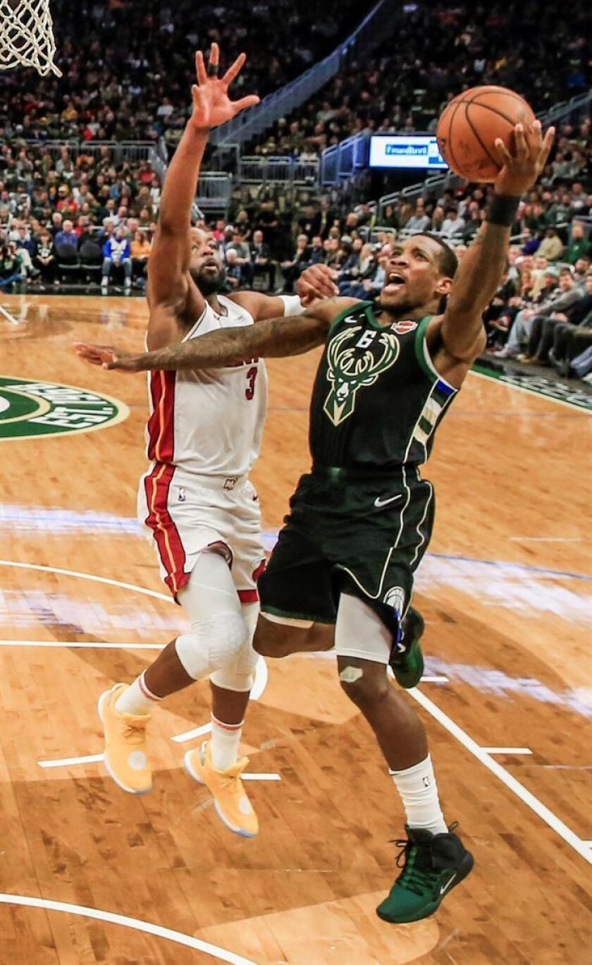 El jugador de Milwaukee Bucks Eric Bledsoe (d) inceta encestar ante la oposición de Dwyane Wade (i), hoy durante el partido disputado entre ambos equipos. EFE