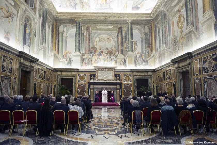 El papa Francisco se reúne con jesuitas en el Salón Clementine del Vaticano. El papa expresó sus condolencias y se dijo entristecido por los ataques terroristas en París, los peores en Francia desde la Segunda Guerra Mundial. (L'Osservatore Romano/Pool Photo via AP)