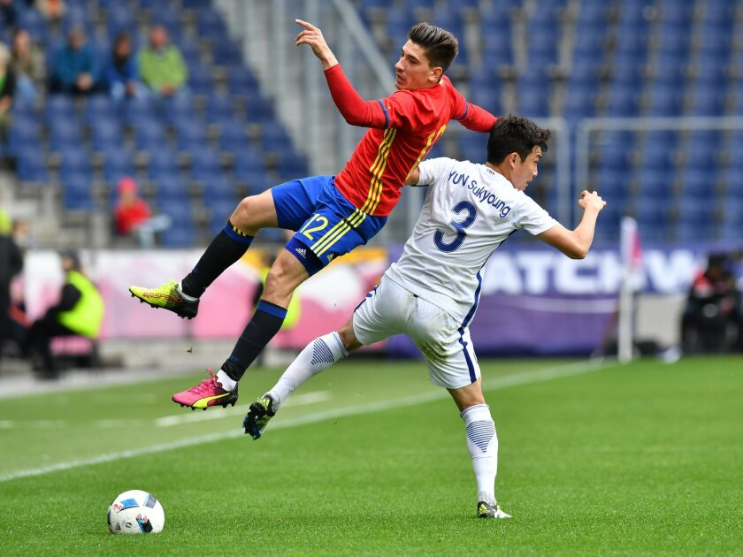 Spain's Hector Bellerin, left, challenge for the ball with South Korea's Yun Suk-young  during a friendly soccer match between Spain and South Korea in Salzburg, Austria, Wednesday, June 1, 2016. The Spain National Football Team is in Austria for a training camp in preparation for the  EURO 2016 so