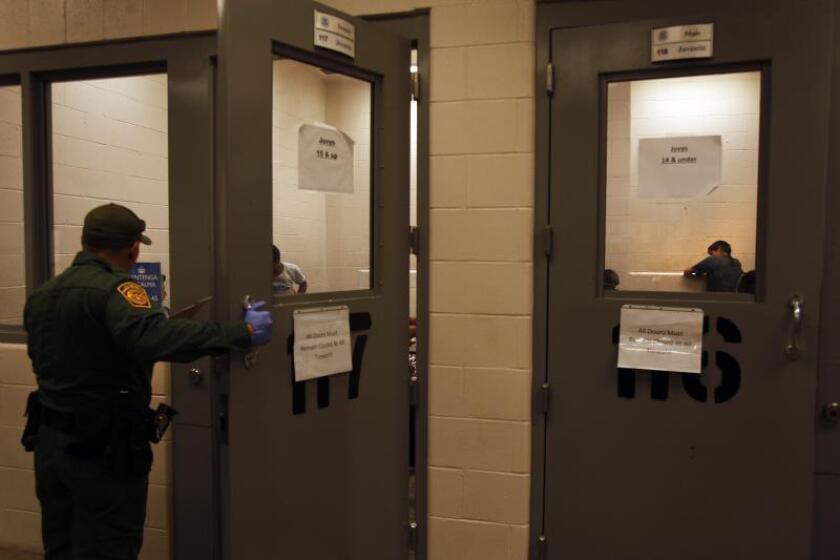 Vista de inmigrantes que han cruzado ilegalmente la frontera, detenidos para ser procesados dentro de una estación de la Patrulla Fronteriza de McAllen, Texas (EEUU). EFE/Rick Loomis / POOL/Archivo