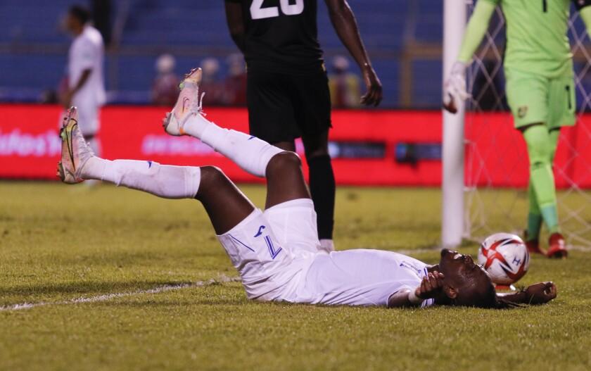 Alberth Elis, de la selección de Honduras, se lamenta tras errar una oportunidad ante Jamaica
