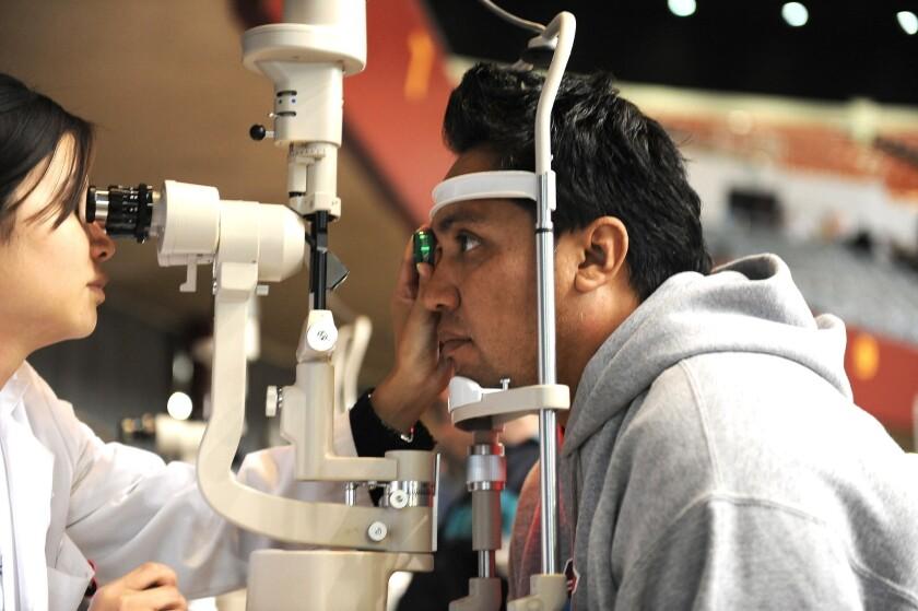 Los expertos recomiendan realizarse al menos un examen de la vista anual.