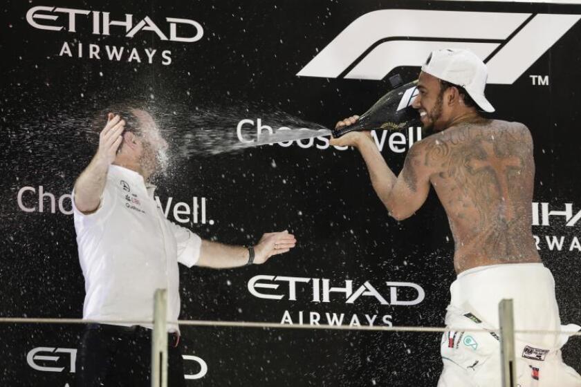 El piloto británico de Fórmula Uno Lewis Hamilton (Mercedes), celebra su triunfo ayer en el circuito de Abu Dabui. EFE
