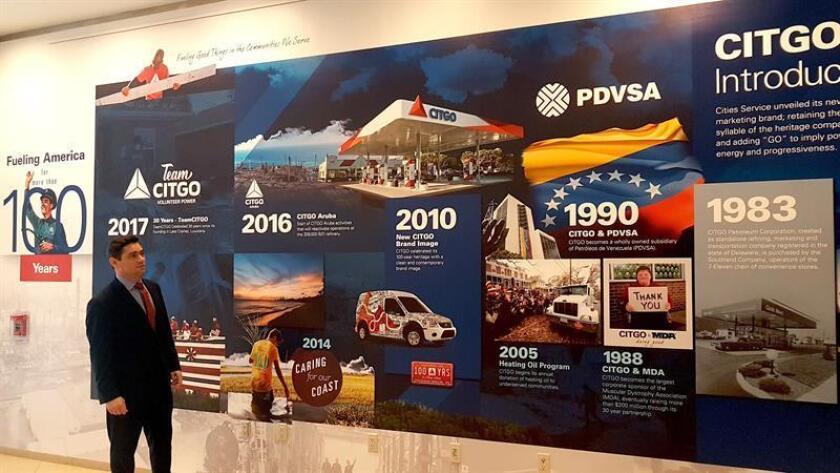 """Fotografía cedida este jueves donde aparece el representante diplomático en EE.UU. de Juan Guaidó, Carlos Vecchio, durante una visita a Citgo Petroleum Corporation, filial en EE.UU. de la estatal venezolana Pdvsa, en Houston, Texas (EE.UU.). Vecchio señaló que el petróleo es para los """"pobres"""" tras reunirse con los directivos de Citgo en Houston (Texas), informó este jueves su oficina de prensa. EFE/SOLO USO EDITORIAL"""