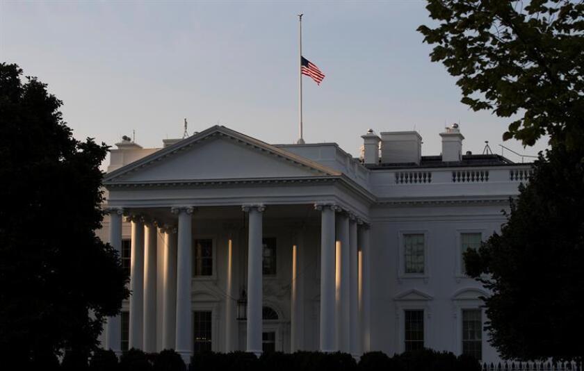 Una bandera estadounidense ondea a media asta en la Casa Blanca como homenaje a las víctimas de los atentados del 11 de septiembre de 2001 con motivo del decimosexto aniversario de los ataques, en Washington DC, Estados Unidos, el 11 de septiembre de 2017. EFE/Archivo