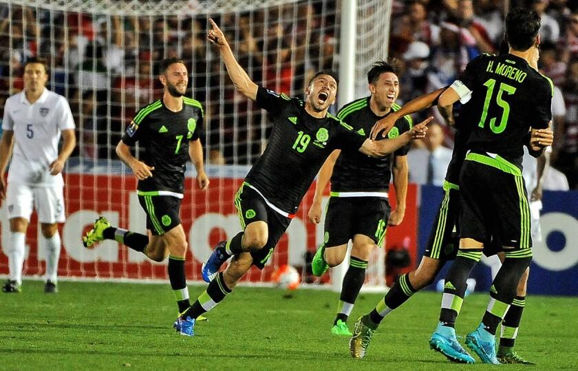 Oribe Peralta (c) celebra un gol sobre Estados Unidos, en juego celebrado en Pasadena, California. México ganó y se llevó el boleto a la Copa Confederaciones 2017.