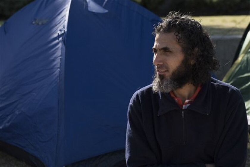 En esta foto del 5 de mayo de 2015, el ex detenido de Guantánamo Abu Wa'el Dhiab, de Siria, aparece sentado frente a la embajada de EEUU en una manifestación para exigir ayuda financiera en Montevideo, Uruguay. Dhiab, uno de los seis ex prisioneros que recibieron refugio en Uruguay, fue dado de alta el martes 6 de septiembre de 2016 luego ser hospitalizado por unas horas debido a la huelga de hambre.