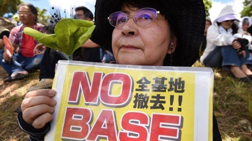 Los habitantes de Okinawa han estado resentidos por la presencia militar de EE.UU. desde hace dos décadas.