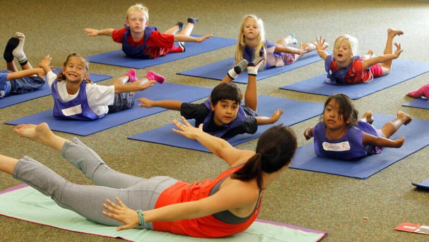 Los estudiantes de la primaria Paul Ecke Central Elementary asisten a dos clases de yoga por semana, de 40 minutos de duración cada una (Eduardo Contreras/San Diego Union-Tribune).