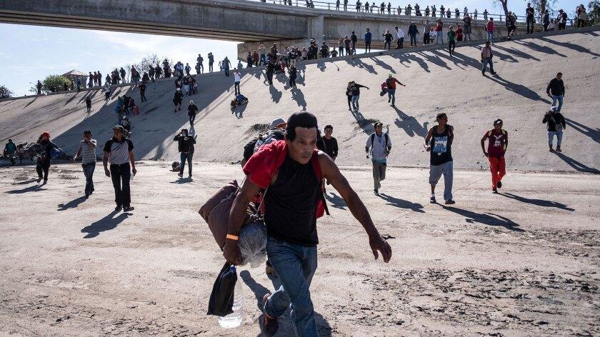 Cientos de migrantes pretendieron entrar a la fuerza a Estados Unidos y fueron contenidos por fuerzas del orden.