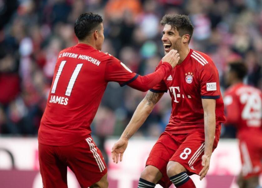 Los jugadores del Bayern Múnich Javi Martínez (D) y James Rodríguez celebran el gol del triunfo ante el Hertha BSC Berlin en Múnich, Alemania. EFE/EPA