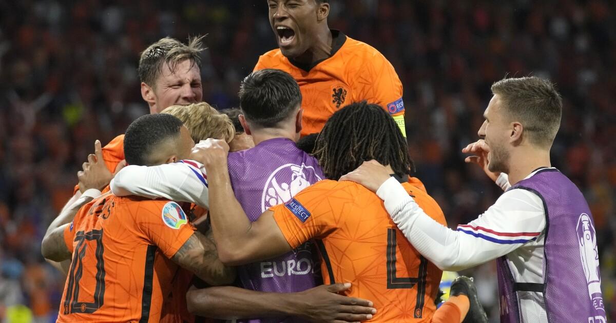 Dumfries se redime con gol, Holanda derrota a Ucrania - Los Angeles Times