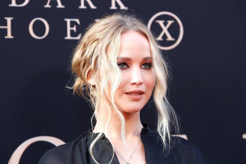 """La actriz estadounidense Jennifer Lawrence posa a su llegada al preestreno de la película """"Dark Phoenix"""" en el Teatro IMAX en Hollywood, Los Ángeles, EEUU. EFE/ Nina Prommer/Archivo"""