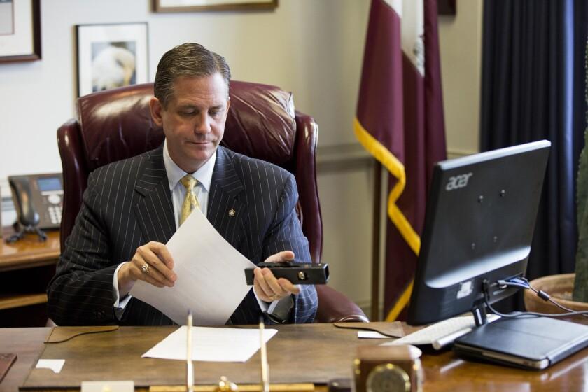 El Comisionado Bruce Castor, en su escritorio, después de una entrevista con AP, el día martes 7 de julio de 2015. (AP Photo/Matt Rourke)
