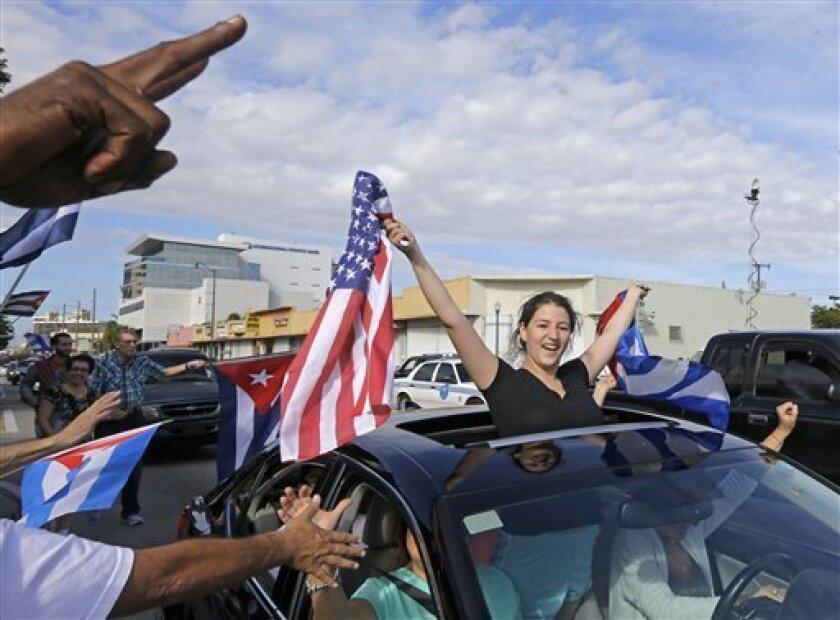 """Miles de personas respondieron hoy al llamado de varias organizaciones del exilio y se concentraron en el barrio de La Pequeña Habana de Miami, Florida, para """"despedir al tirano"""" Fidel Castro con música, arengas y reclamos por la """"libertad y la justicia""""."""