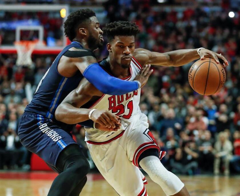 El jugador Jimmy Butler (d) de Chicago Bulls en acción ante Wesley Matthews (i) de Dallas Mavericks durante el partido