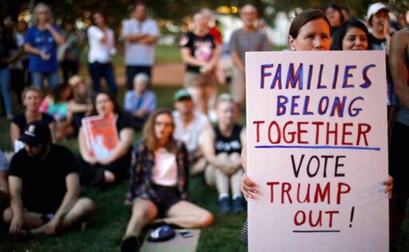 Unas personas escuchan mientras alguien más habla durante una protesta contra políticas de inmigración de Estados Unidos, en Kansas City, Missouri.