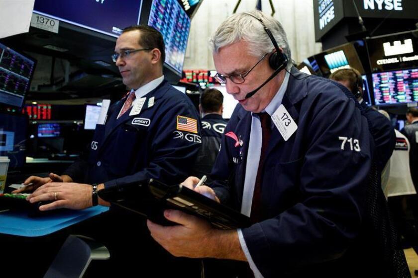 Agentes de Bolsa realizan su trabajo en el parqué de Nueva York, en Estados Unidos. EFE/Archivo