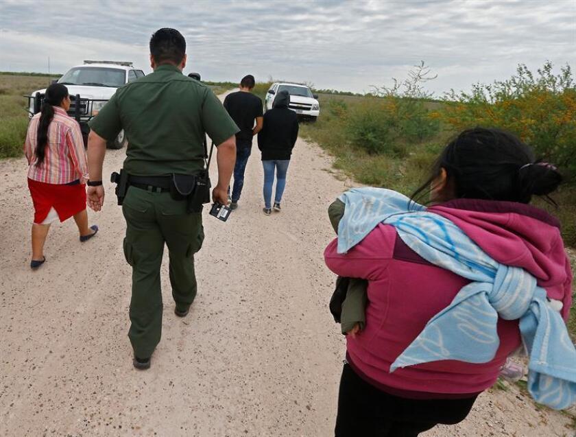 Ante las fuertes medidas de seguridad en la frontera entre México y Estados Unidos en California por la llegada de los migrantes centroamericanos, cientos de indocumentados optan por cruzar a diario la frontera por el desierto de Arizona y entregarse a la Patrulla Fronteriza. EFE/Archivo