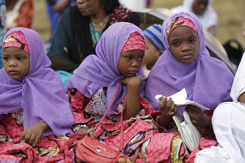Niñas nigerianas musulmanas asisten a la oración Eid al-Fitr, que marca el final de mes sagrado de ayuno musulmán del Ramadán en Lagos, Nigeria, el viernes 17 de julio de 2015. (Foto AP/Sunday Alamba)