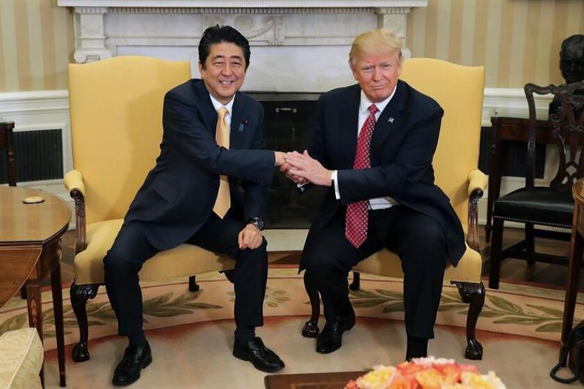 """El presidente, Donald Trump, aseguró hoy que la cooperación de defensa entre su Gobierno y el japonés se hará """"cada vez más fuerte"""" y con el tiempo se volverá """"impenetrable"""", gracias a una inversión económica """"muy fuerte"""" por parte de Washington. EFE/PROHIBIDO SU USO A AFP"""