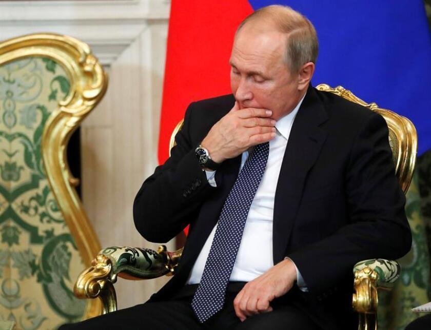 El presidente ruso, Vladímir Putin, conversa con el primer ministro de Italia, Giuseppe Conte (no aparece), durante su reunión en el Kremlin de Moscú, Rusia. hoy, 24 de octubre de 2018. EFE