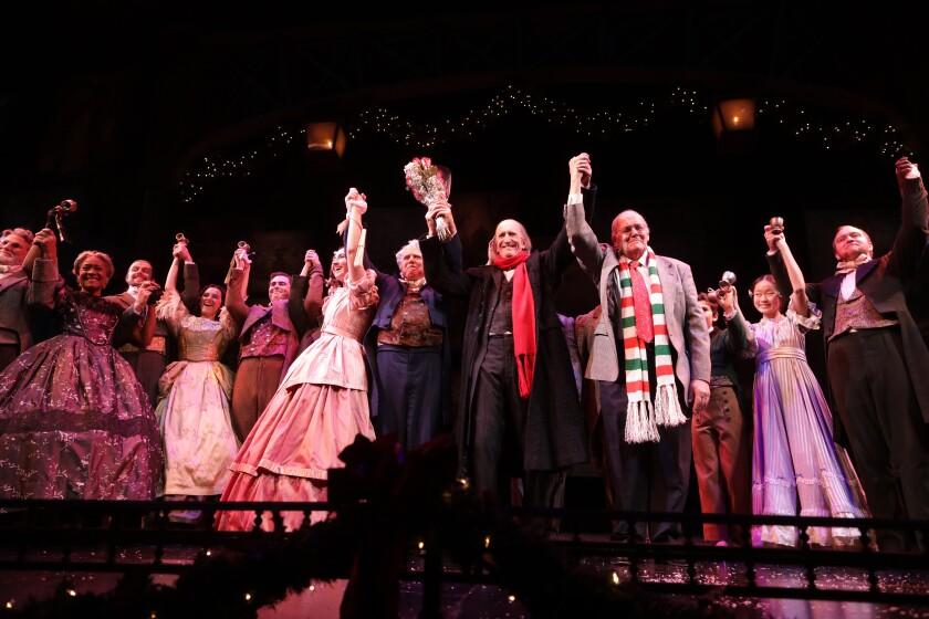 Hal Landon Jr., au centre, et le réalisateur John-David Keller, au centre à droite, ont profité de leur dernier rideau appel le soir de Noël.