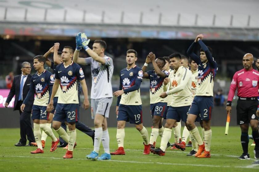 Jugadores de América festejan tras el juego de vuelta de los cuartos de final del torneo mexicano de fútbol. EFE