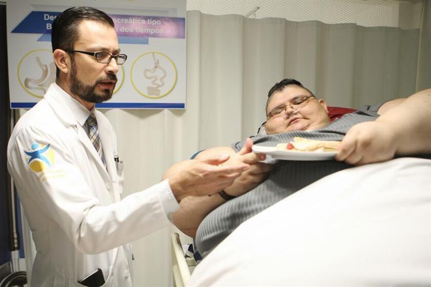 El mexicano Juan Pedro Franco, considerado el hombre más obeso del mundo con 590 kilogramos de peso, participa en una rueda de prensa en la ciudad mexicana de Guadalajara, para anunciar el inicio de su tratamiento para perder parte de su masa corporal.