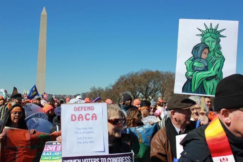 """Un juez federal ordenó hoy al presidente, Donald Trump, que reactive el programa para jóvenes indocumentados DACA con la admisión de nuevos solicitantes, además de seguir renovando a sus actuales beneficiarios, conocidos como """"soñadores"""" o """"dreamers"""". EFE/ARCHIVO"""