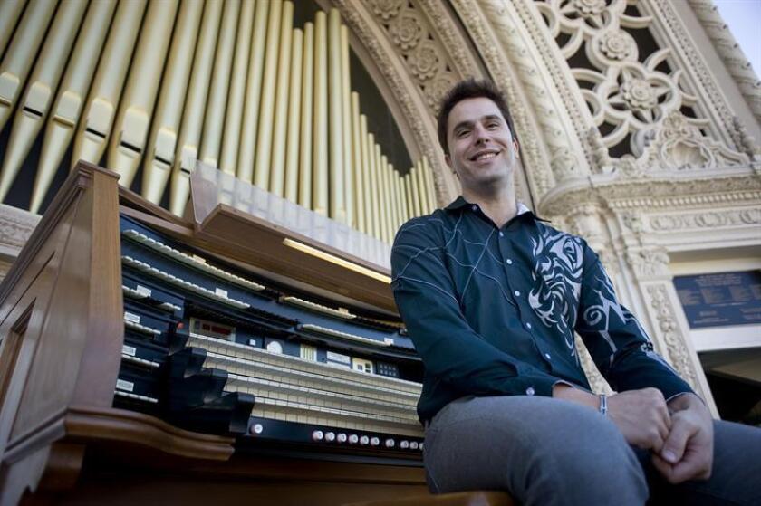 El organista español Raúl Prieto Ramírez posa durante una entrevista con Efe en el Pabellón Spreckels de Órgano de Tubos, en el parque Balboa en San Diego, California (EE.UU.). EFE