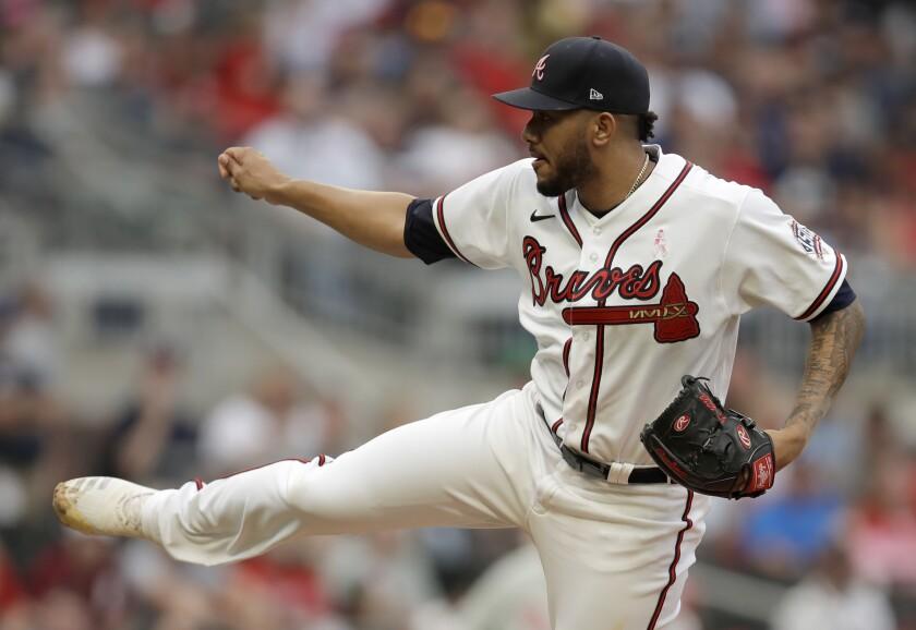 El abridor dominicano Huascar Ynoa lanza por los Bravos de Atlanta en el primer inning del duelo con los Filis de Filadelfia, el domingo 9 de mayo de 2021, en Atlanta. (AP Foto/Ben Margot)