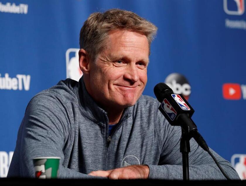El entrenador estadounidense de los Golden State Warriors Steve Kerr ofrece declaraciones a la prensa tras un entrenamiento para preparar el partido de la serie de las finales de la NBA en el Quicken Loans Arena de Cleveland, Ohio (Estados Unidos) hoy, 5 de junio del 2018. EFE
