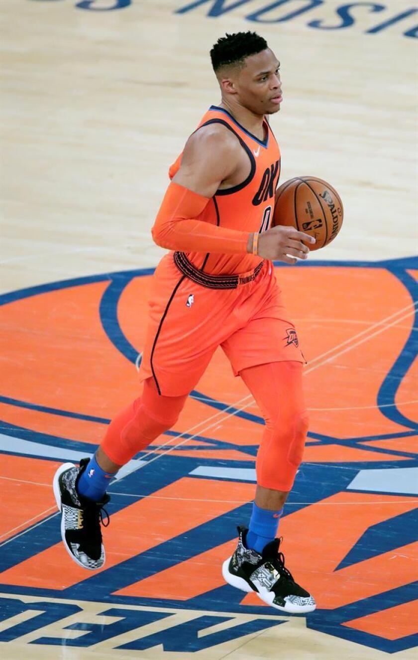 Russell Westbrook de Oklahoma City Thunder avanza con el balón en un partido de la NBA. EFE/Archivo