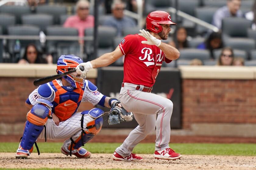 Max Schrock, de los Rojos de Cincinnati, conecta un sencillo que remolca a Kyle Farmer en la novena entrada del partido contra los Mets de Nueva York, el domingo 1 de agosto del 2021 en Nueva York. (AP Foto/Corey Sipkin)