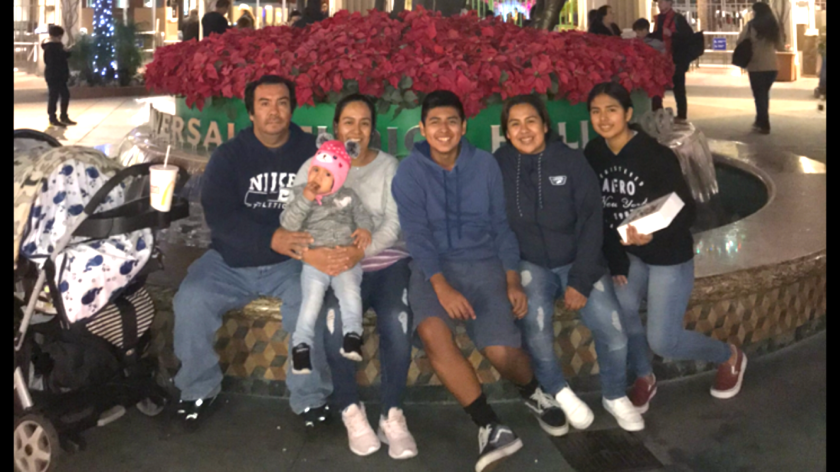 Aída y su esposo Jorge junto a sus cinco hijos durante la navidad.